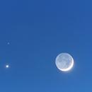 Triple conjonction: Lune, Vénus (point le plus brillant à gauche de la Lune) et Mars (point rouge au dessus de Vénus).,                                Denis Bergeron