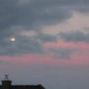 Mond hinter blauen und rosafarbigen Wolken,                                Bruno